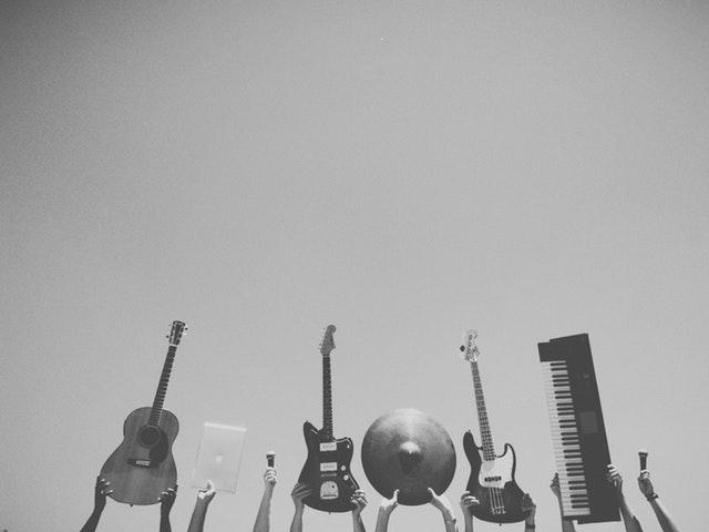 Olika musikinstrument som hålls upp