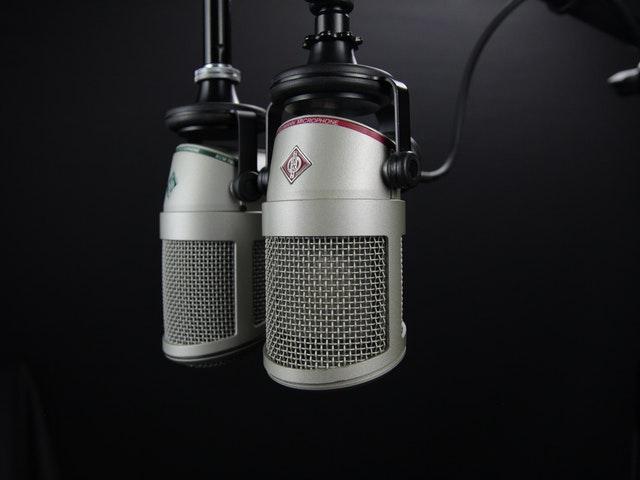 Två silvriga mikrofoner
